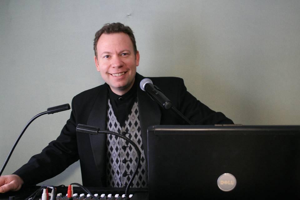 DJ Lee Waddell Musical Host Services