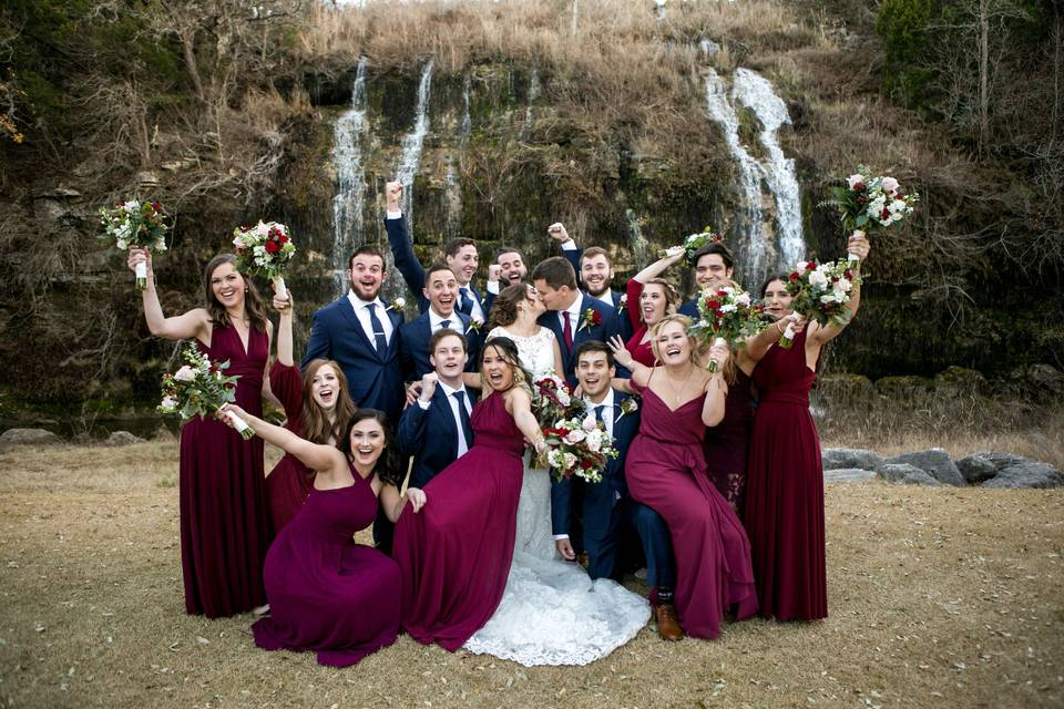 Newlyweds photo with their groomsmen and bridesmaids