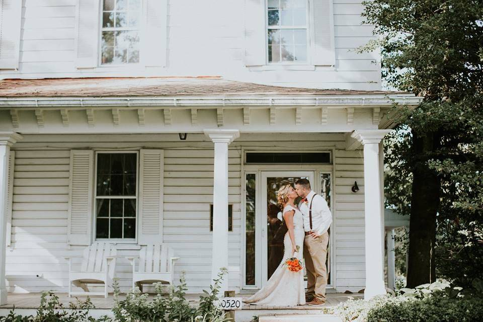 Kissing on the steps of the farmhouse (Kayce Shoffner)