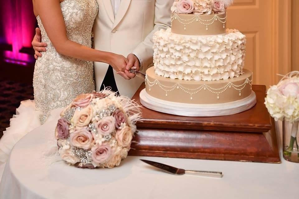 20s-themed wedding cake