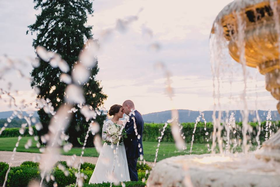 Couple under the iconic fountain