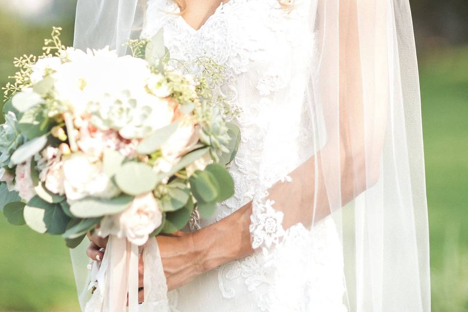 Bride with bouquet | Anny Photography
