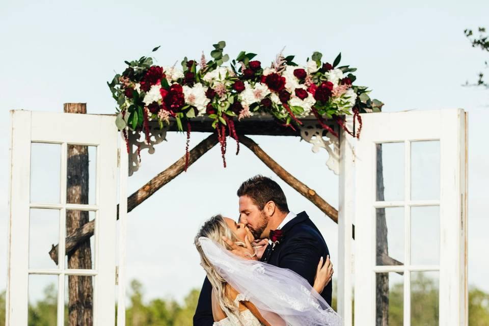 A kiss under the arch, Rutledge Photo Co.
