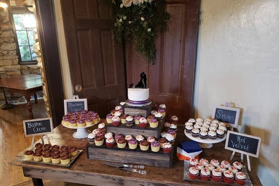 Cupcakes with cutting cakes