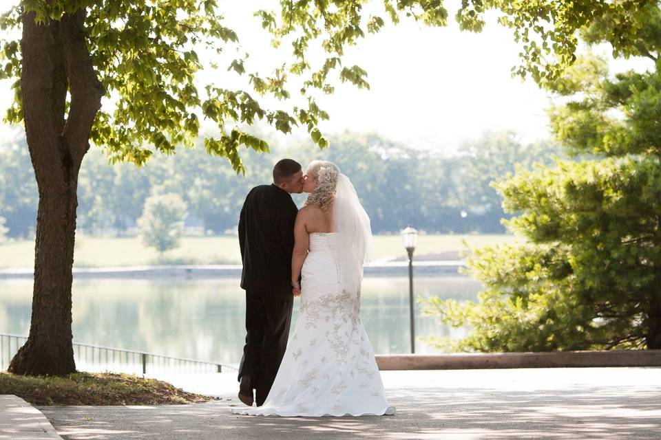 Wedding kisses in the shade of trees
