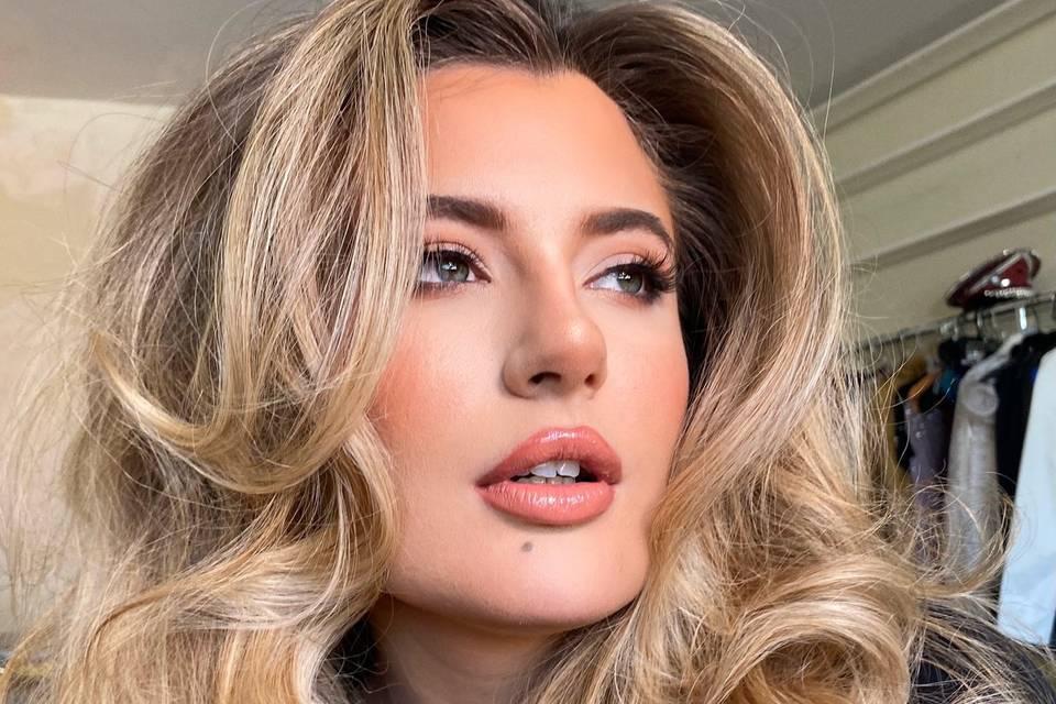Soft glam / Voluminous hair