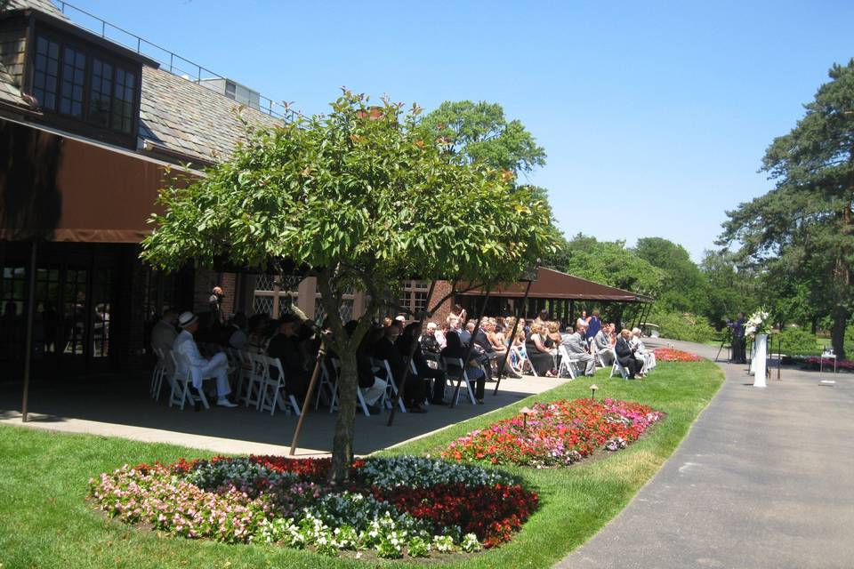 Wedding outside in the sunshine