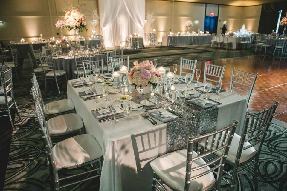 Square tables and Chiavari chairs