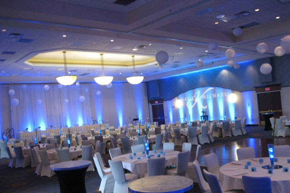 White and blue decor for the reception