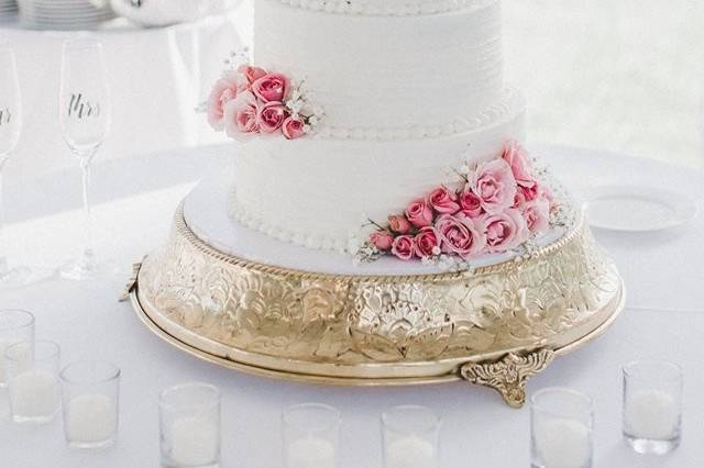 White cake with pink roses