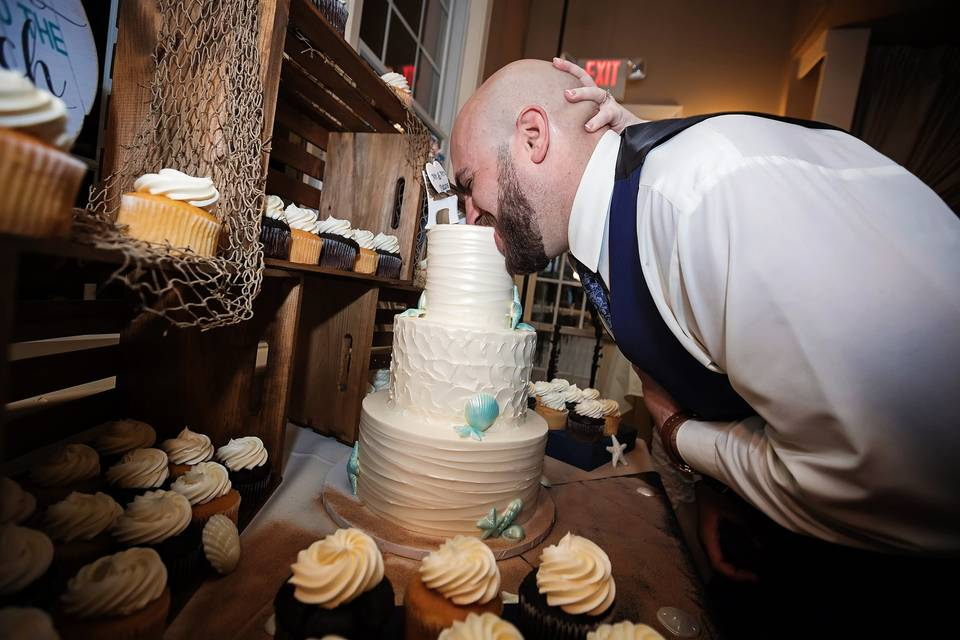 BITE THE CAKE