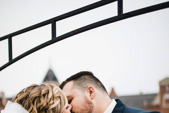 Couple kissing   Picture by: Abigail Tocci Creative