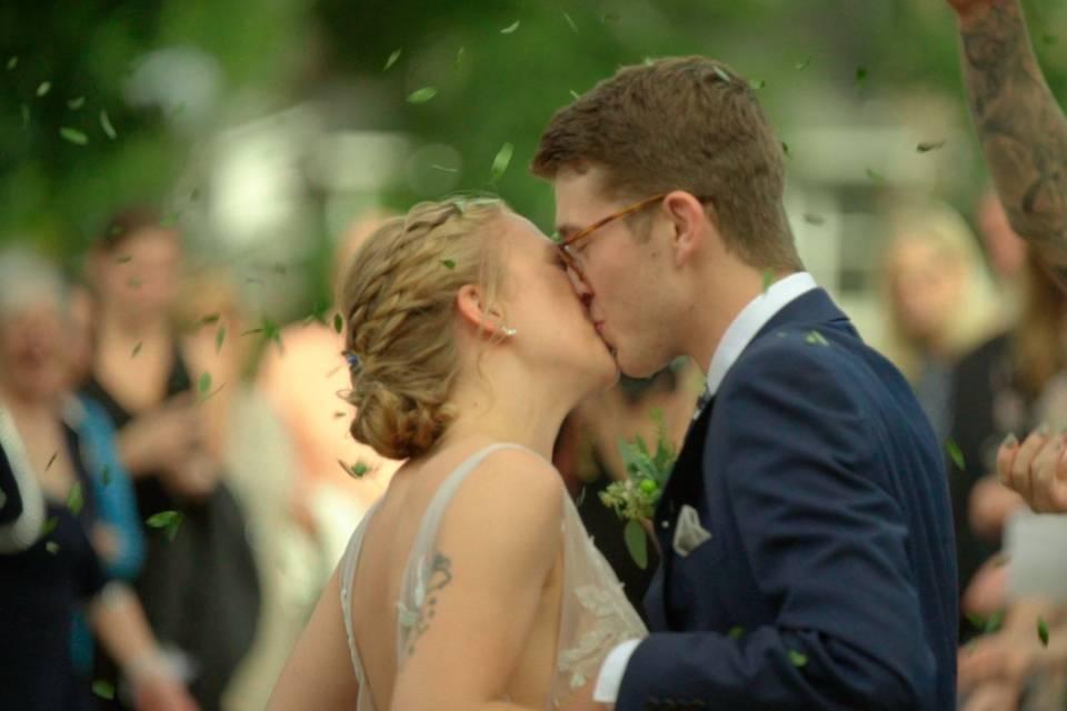 Quinn & Ian kiss while guests cheer