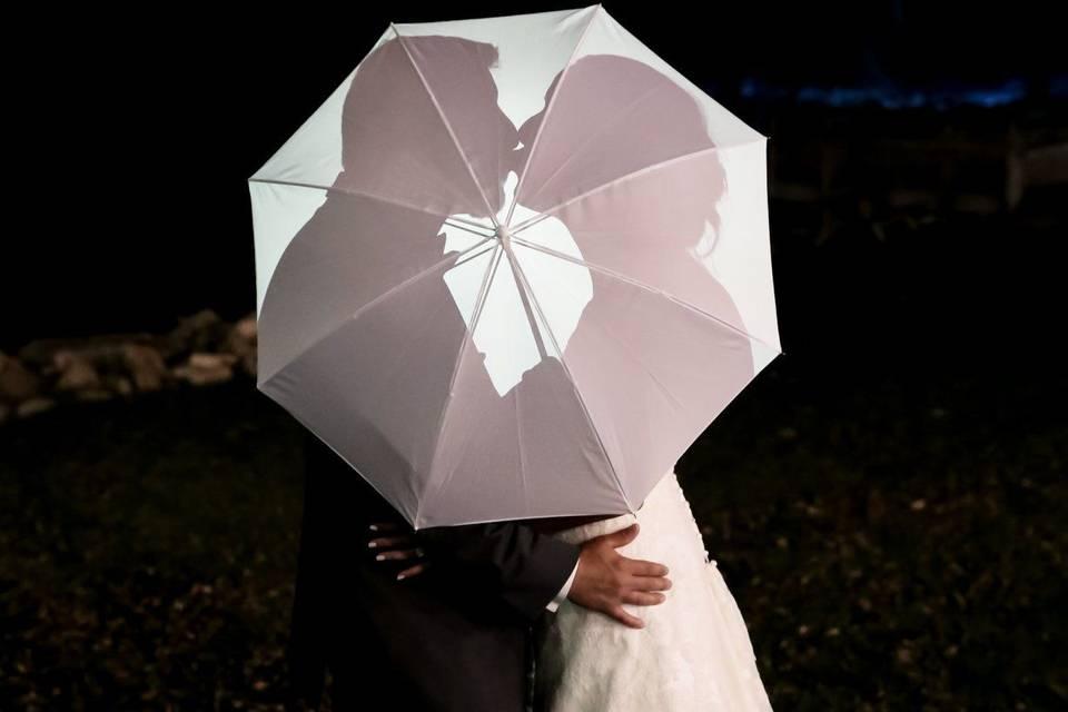 Kiss behind the umbrella