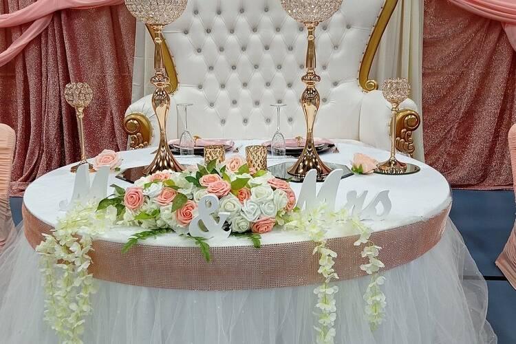 White/Gold Throne Loveseatt